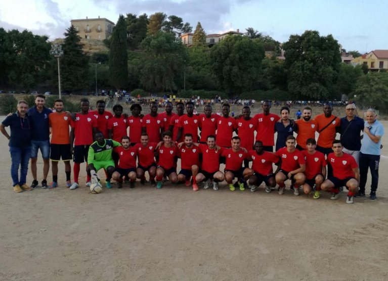ansa / مهاجرون وإيطاليون يتشاركون معا في فريق لكرة القدم في إيدوني