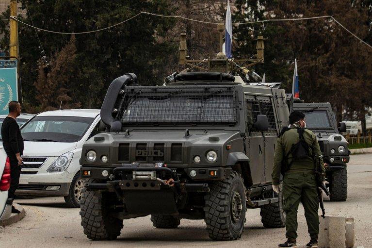 AFP - DELIL SOULEIMAN |سيارة عسكرية روسية تتحرك قرب مطار القامشلي في محافظة الحسكة شمال شرق سوريا يوم 5 أبريل 2020