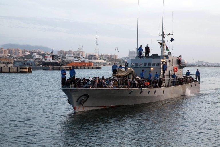 مهاجرون تم إنقاذهم بواسطة حرس السواحل الليبية في البحر المتوسط يصلون إلى القاعدة البحرية في طرابلس. المصدر: إي بي إيه.