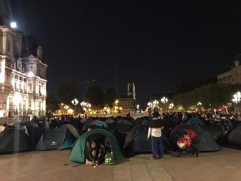 Des tentes ont été installés lundi soir sur le parvis de l'Hôtel de Ville. Crédit : Utopia 56