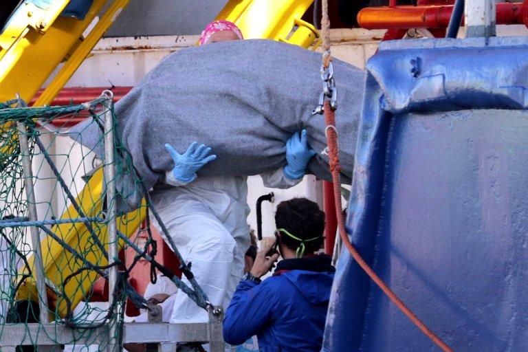 Giovanni Isolino / AFP |Le corps d'un migrant mort en Méditerranée est évacué du navire de l'ONG allemande Sea Watch 3, le 8 novembre 2017.