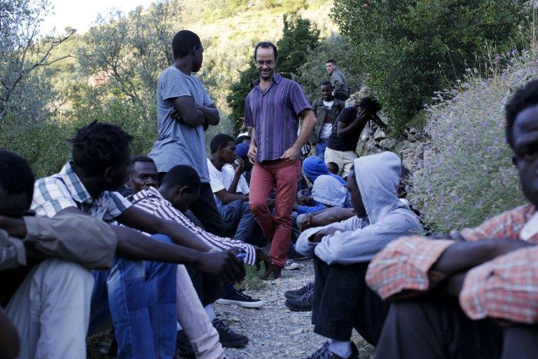 Cédric Herrou et des demandeurs d'asile. Crédit : Laurent Carré
