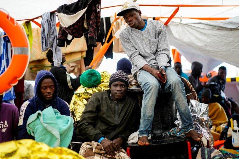 تعدادی از مهاجران نجات داده شده توسط کشتی اوپن آرمز. عکس از خبرگزاری رویترز