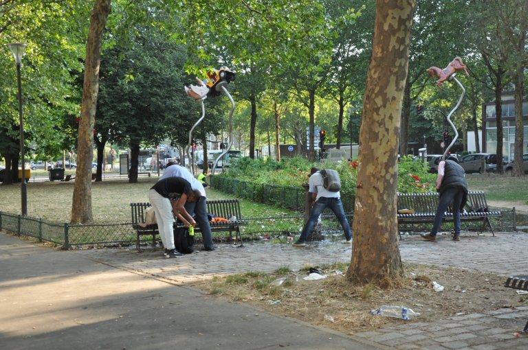 مهاجرون يغتسلون بحديقة عامة شمال باريس. مهاجرنيوز
