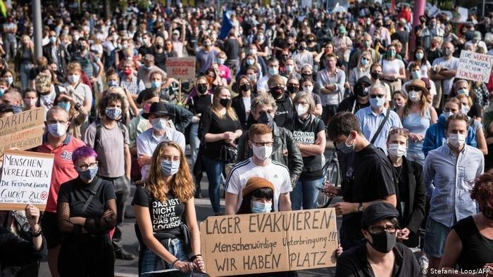 Stefanie Loos/AFP |مشهد من مظاهرة برلين (سبتمبر/ أيلول 2020) المتضامنة مع اللاجئين ضحايا حريق مخيم موريا باليونان