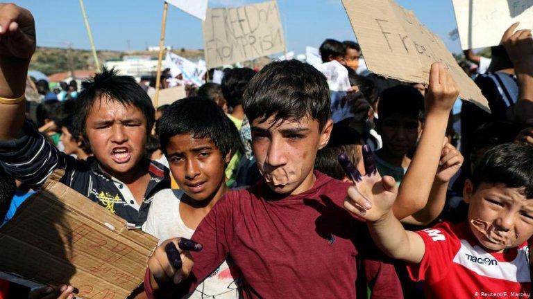 اعتراض کودکان و نوجوانان مهاجر به وضعیت زندگی مهاجران در جزیره لیسبوس/عکس: Reuters/E.Marcou