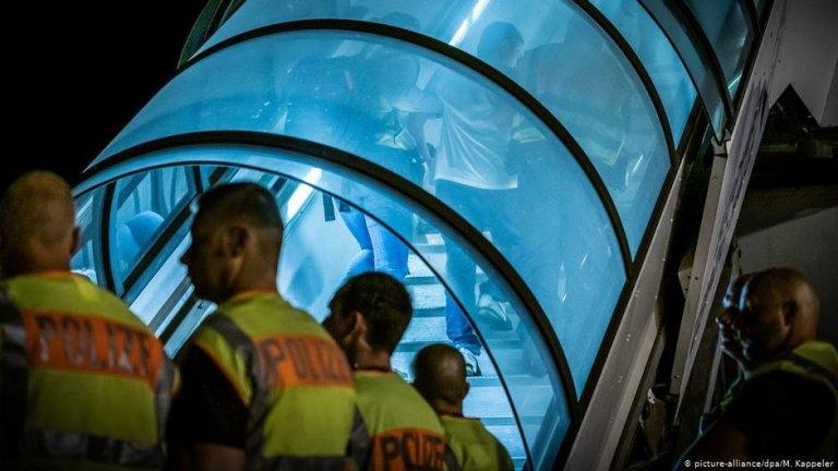 Une expulsion menée à l'aéroport de Leipzig | Photo : Picture-alliance/dpa/M.Kappeler