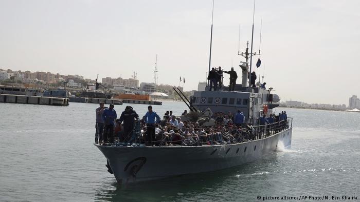 سفينة تابعة لجهاز خفر السواحل الليبي أثناء دخولها إلى ميناء طرابلس وعلى متنها مهاجرون تم إنقاذهم في البحر المتوسط. أرشيف