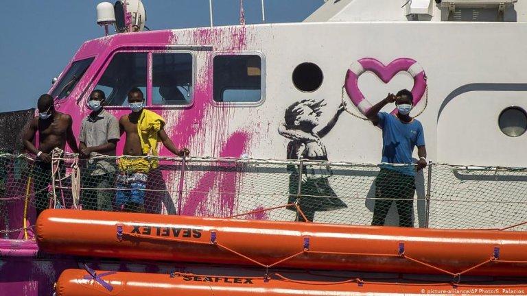 """مهاجرون على متن """"لويز ميشيل"""". الصورة: Picture-alliance/AP Photo/S.Palacios"""