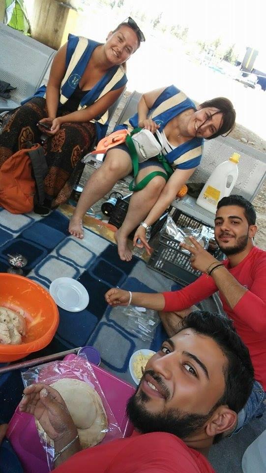 محمد سعيد برفقة المتطوعين في مخيم ميناء بيرايوس في أثينا.