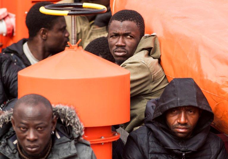 Une vingtaine de migrants interceptés au large des côtes des îles Canaries arrivent à bord d'un navire de sauvetage maritime espagnol sur l'île de Gran Canaria, en Espagne, le 22 janvier 2020. Crédit : Borja Suarez/Reuters