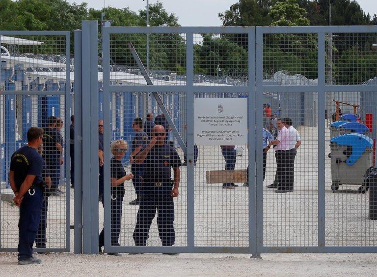 Des gardes se tiennent à l'entrée d'un camp dans une ''zone de transit'' à Tompa, en Hongrie, près de la frontière serbe. Crédit : Reuters