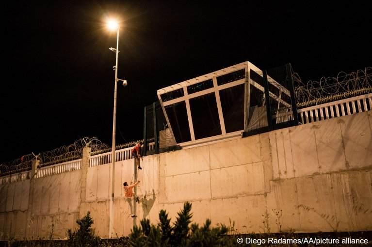The border wall separating the Spanish enclave of Ceuta from Morocco, May 21, 2021 | Photo: Diego Radames / Anadolu Agency