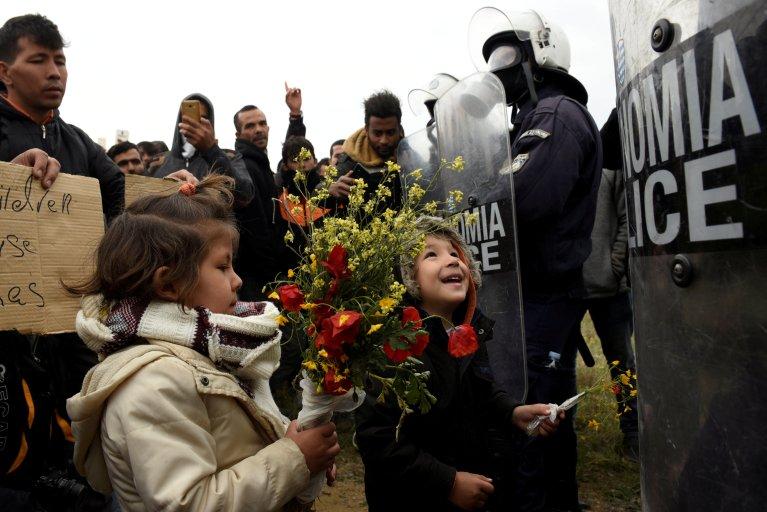 گروهی از مهاجران در برابر پولیس یونان. خبرگزاری رویترز