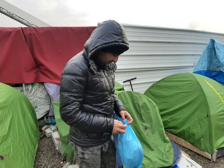 Un migrants dans un nouveau campement à Aubervilliers, en périphérie de Paris, vendredi 14 février. Photo : InfoMigrants