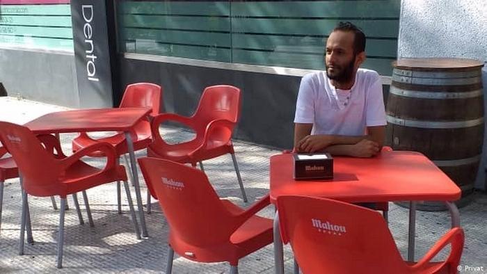 """بعد عبوره خمس دول خلال عامين، وصل اليمني أمين تاكي لاجئاً إلى إسبانيا لكنه يشكو من الوحدة والهدوء """"القاتل""""، على حد تعبيره"""