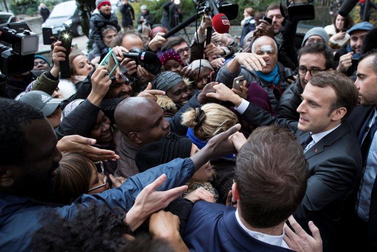 REUTERS/Ian Langsdon |Le président français Emmanuel Macron lors de sa visite dans un centre de distribution de nourriture à l'occasion de la 33e campagne hivernale des Restos du Coeur, à Paris, le 21 novembre 2017.