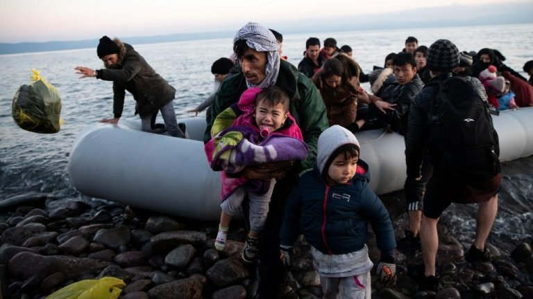 © رويترز |لاجئون في المياه الإقليمية الحدودية بين اليونان وتركيا