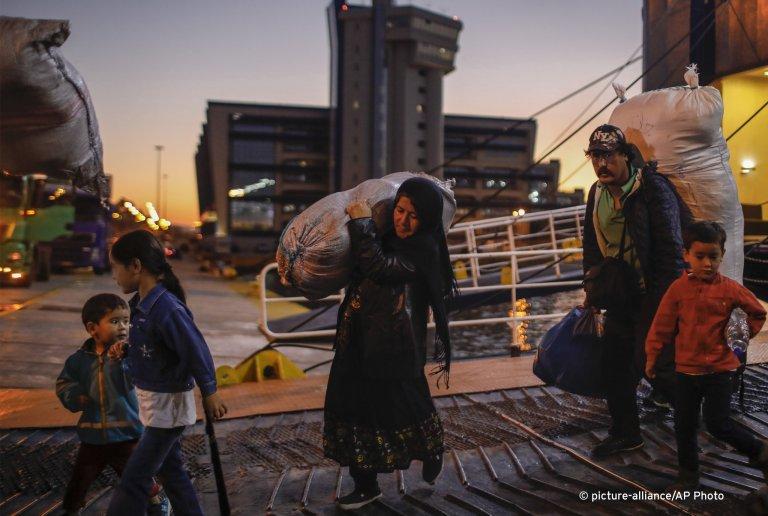 Plusieurs dizaines de migrants ont été évacués mardi 1er octobre du camp de Moria sur l'île de Lesbos vers le Grèce continentale. Crédit : Picture Alliance / AP