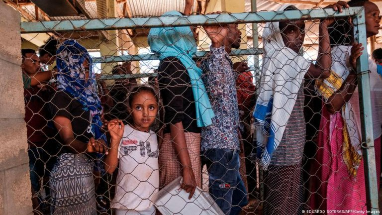 Thousands of Eritrean refugees face hunger as supply trucks are unable to enter Tigray   Photo: Eduardo Soteras/AFP/Getty Images (via DW)