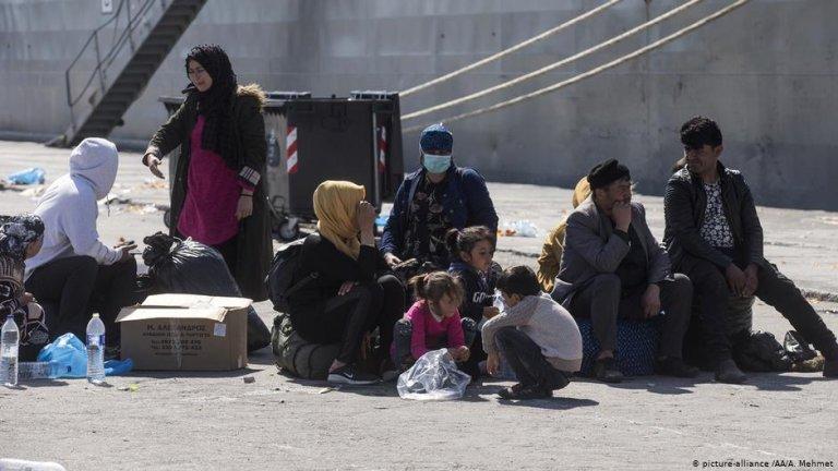Asylum seekers wait in Lesbos harbor | Photo: Picture-alliance/AA/A.Mehmet