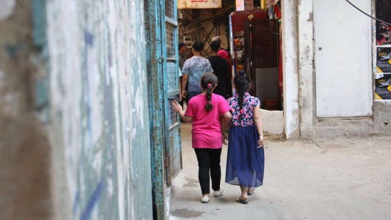 Two little girls at Shatila / Copyright: Charlotte Hauswedell