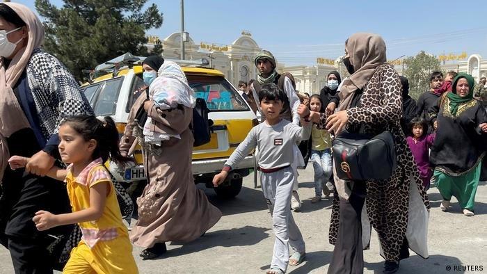یو شمیر افغانان هڅه کوي چې د کابل هوايي ډګر ته دننه شي. اګست ۲۰۲۱. انځور: رویټرز