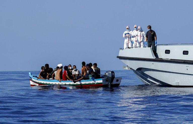 Des migrants secourus par les autorités italiennes au large de Lampedusa, le 28 août 2021. Crédit : Reuters