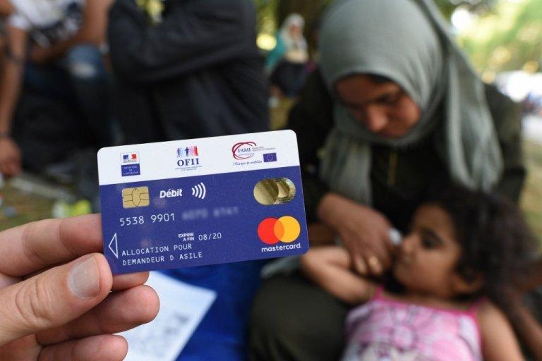بطاقة المساعدات المادية لطالبي اللجوء. الصورة: مهاجرنيوز/مهدي شبيل