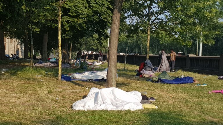 Entre 500 et 800 migrants vivraient à la rue à Paris, selon la mairie. Crédit : InfoMigrants