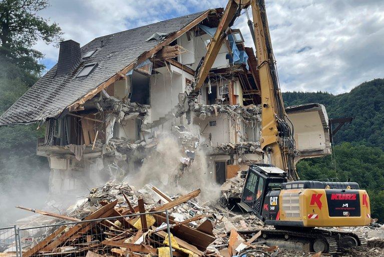 الفيضانات دمرت منازل بأكملها في غرب ألمانيا!