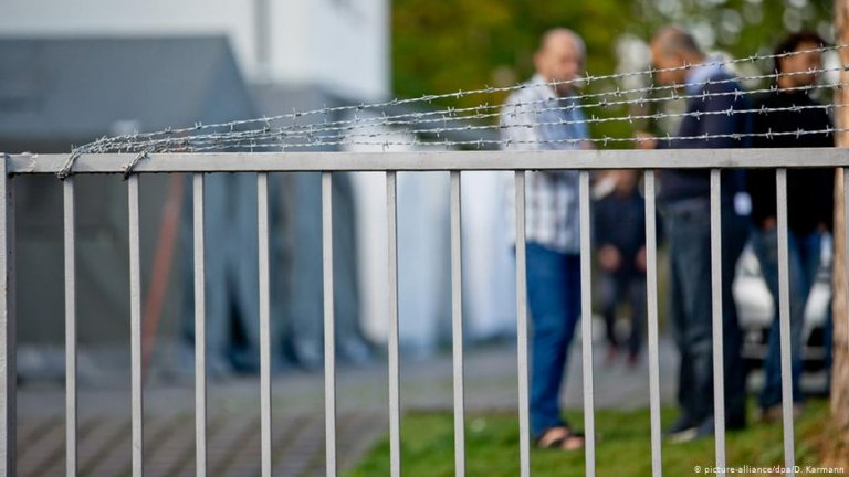A fence outside a center for asylum seekers in Germany | Photo: Picture-alliance/dpa/D.Karmann