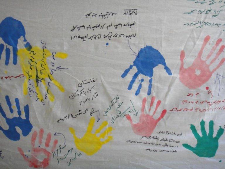 نمونهای از کار دستی دانش آموزان مهاجر افغان در مکتب فرهنگ در حومه تهران. عکس از سایت خانه کودکان آفتاب