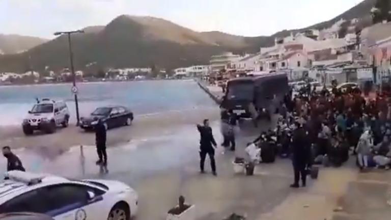 صورة ملتقطة من فيديو للمهاجرين أثناء نقلهم من جزيرة كيا اليونانية