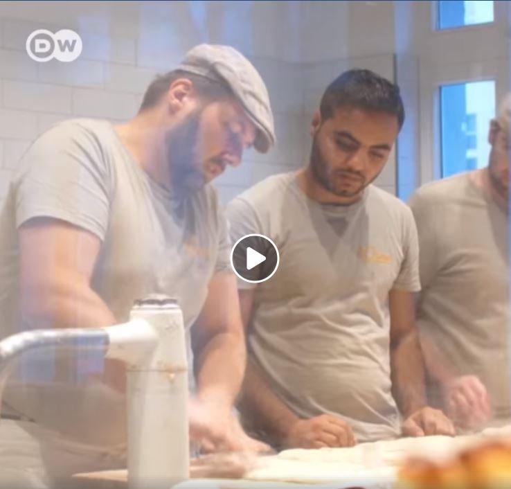 اللاجئ السوري محمد حمزة إمام يجري تدريبا مهنيا في أحد المخابز الألمانية