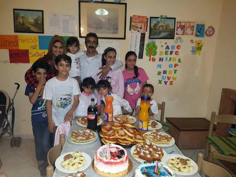 ANSA / الفتاة الليبية نجاة في احتفال نجاحها المدرسي مع أسرتها. المصدر: أنسا.