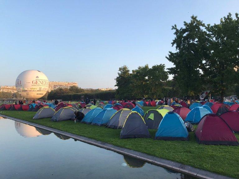 Environ 600 migrants occupent le parc André Citroën, dans le sud de Paris. Crédit : Utopia 56