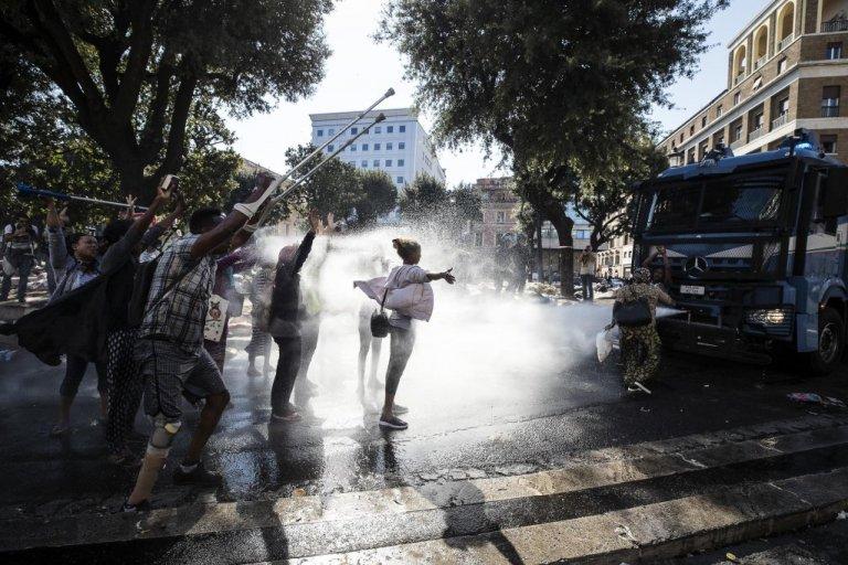 Des dizaines de migrants ont été dispersés du centre de Rome par la police. Crédit : Ansa