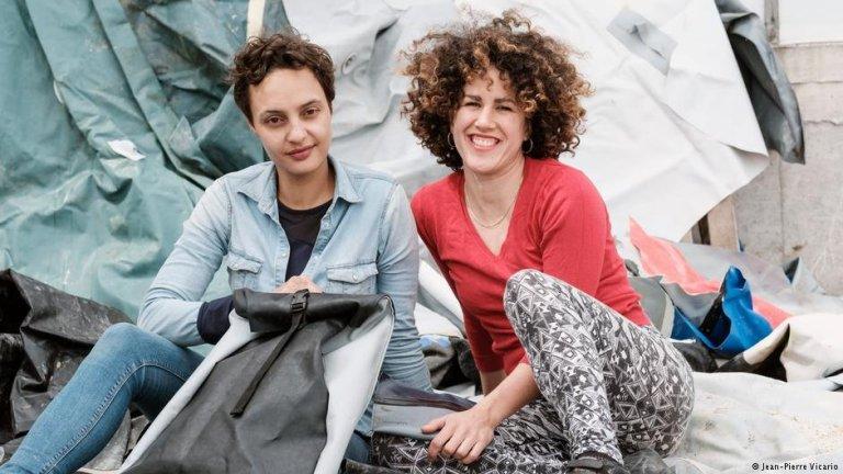 غونتر وعزاوي صاحبتا مشروع الحقائب من بقايا الزوارق المطاطية