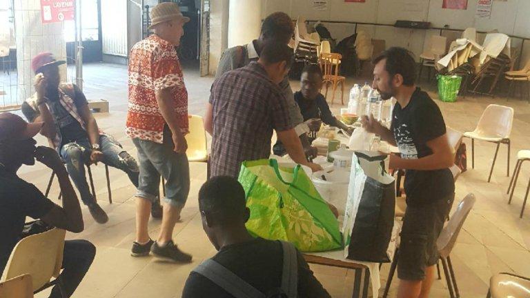 Des migrants évacués de squats à Bordeaux dans le hall de la Bourse du travail. Crédit : Ovale Citoyen