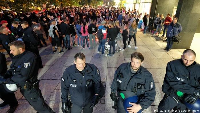 شهدت مدينة كيمنتس الألمانية حفلاً موسيقياً ضخماً لنبذ العنصرية إلا أن اللاجئين فيها مازالوا خائفين من أنصار اليمين المتطرف