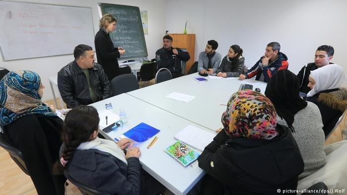 دویچه وله/ ادغام موفق پناهجویان در جامعه آلمان نیازمند طرح جدید میباشد.