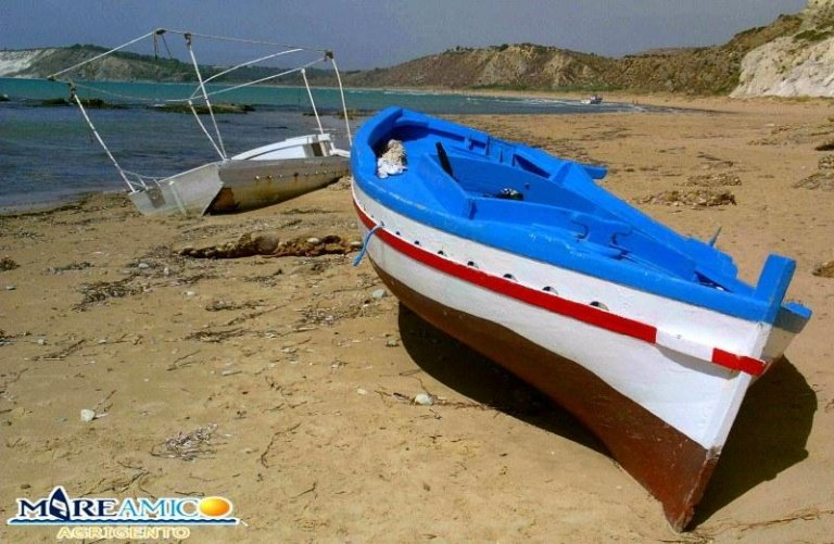 Photo of a boat left by the migrants after a ghost landing. Credit: Mareamico