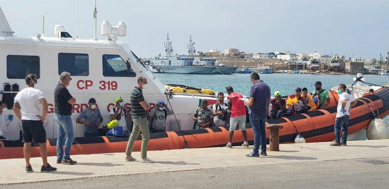 مهاجرون يهبطون في جزيرة لامبيدوزا في 21 أيلول/ سبتمبر 2020. المصدر: أنسا/ إيليو ديزيديريو.