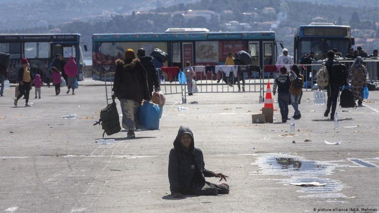 Asylum seekers waiting at Lesbos harbor | Photo: Picture-alliance/AA/A.Mehmet