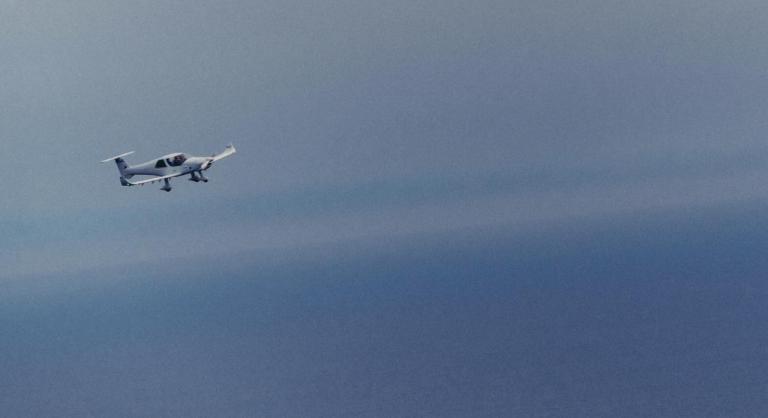 Le Colibri, de Pilotes volontaires, a décollé mercredi 30 avril, à 6h du matin pour tenter de repérer l'embarcation disparue. Crédit : capture d'écran Twitter