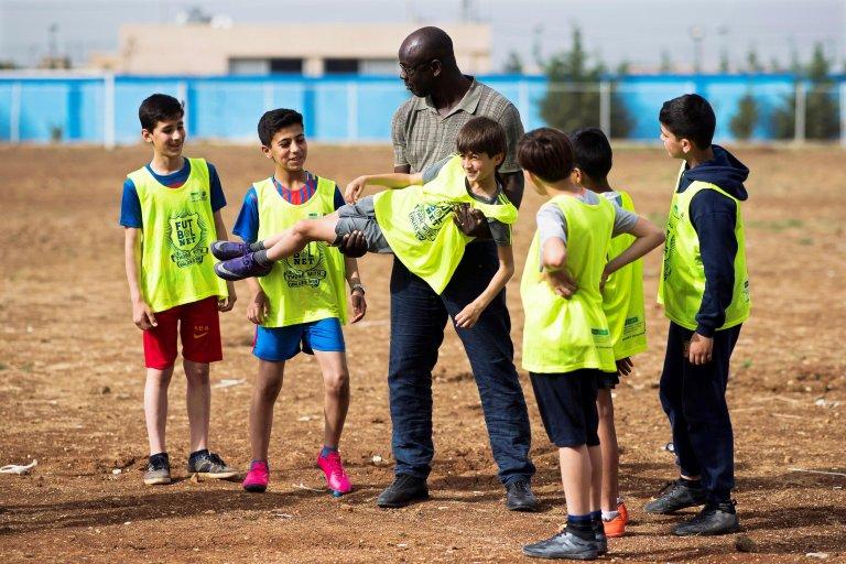 "ANSA / مدافع نادي برشلونة السابق الفرنسي ""ليليان تورام"" يلعب مع الأطفال في بيروت، في إطار مشروع مؤسسة نادي برشلونة لكرة القدم. المصدر: إي بي إيه/ أليكس كاباروس ومؤسسة بارسا."