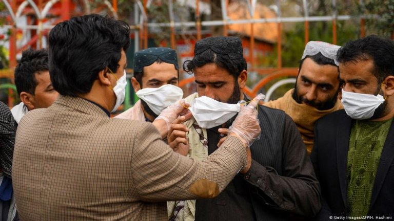 Afghans are handed free face masks | Photo: Getty Images/AFP/H.Hashimi