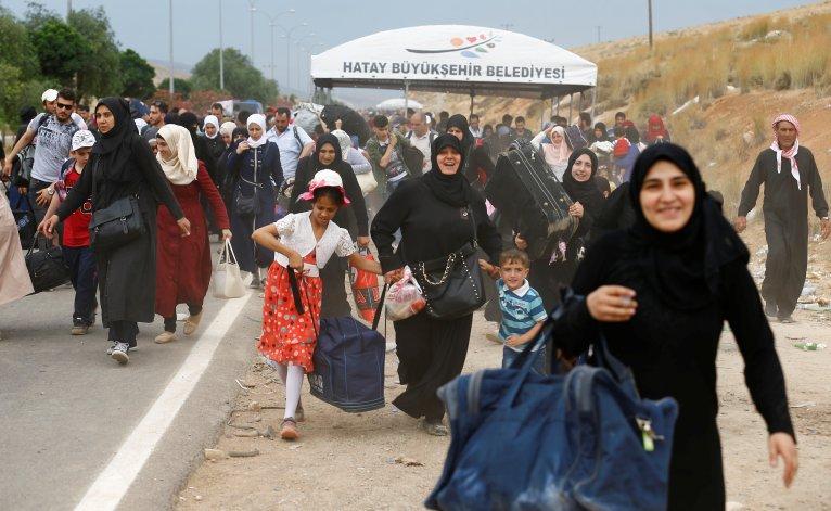 سوريون في تركيا متوجهون نحو الحدود مع بلادهم للعودة إليها المصدر: رويترز/ أرشيف