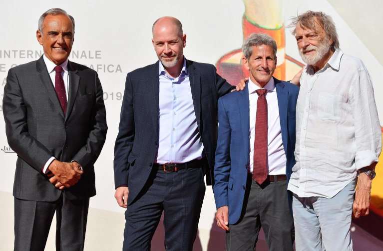 "ANSA / مؤسس منظمة ""طوارئ"" جينو سترادا (أقصى يمين الصورة) خلال مهرجان فينيسيا السينمائي في دورته الـ 76. المصدر: أنسا / إيتوري فيرايري."